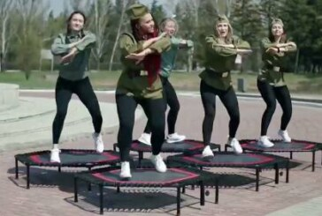 В Омске девушки «поздравили ветеранов» прыжками на батутах у мемориала